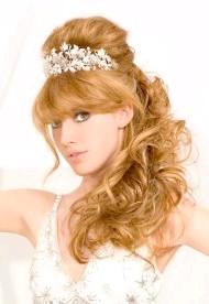 Фото - весільна зачіска з діадемою і чубчиком для волосся середньої довжини з завивкою