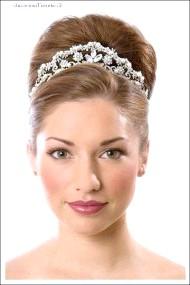 Фото - висока весільна зачіска з піднятими волоссям і діадемою