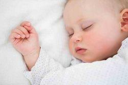 Що робити, якщо дитина сильно смикається у сні?