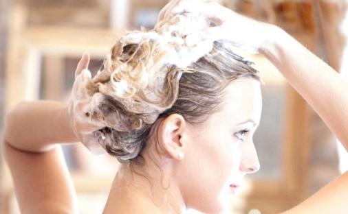 Як правильно мити голову? чого слід категорично уникати?