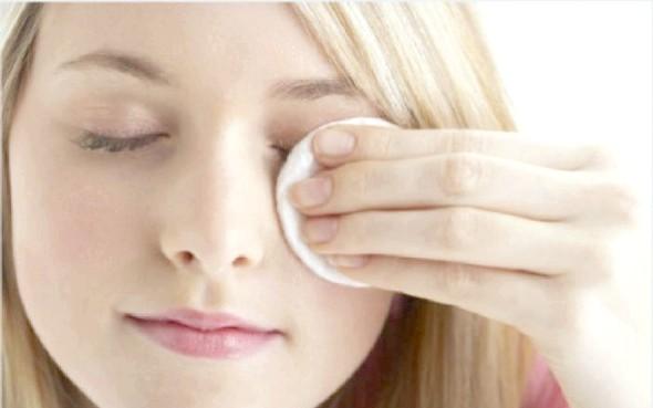 Прості секрети, як знімати макіяж з очей