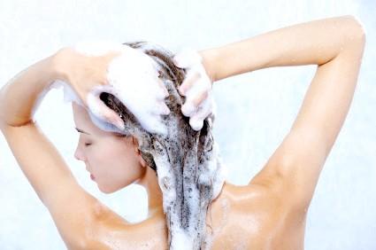 Як правильно мити голову без шкоди для волосся і шкіри голови