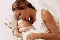 Коли мама повинна брати дитину після пологів?