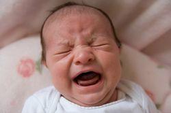 Чому дитина стукає ніжками і плаче?