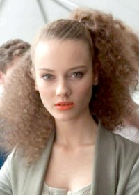 Фото - Оригінальний варіант зачіски з гофре