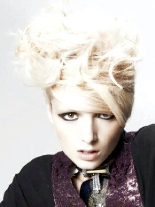 Фото - Екстравагантна бабета для середніх волосся