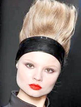 Фото - Висока зачіска бабета з широкою стрічкою
