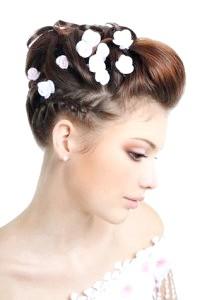 Зачіски з квітами - кращі ідеї на фото!