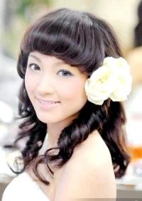 Фото - Проста весільна зачіска з квітами для довгого волосся з чубчиком