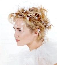 Фото - Весільна укладка для короткого волосся з квітами