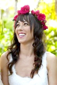 Фото - Зачіска з квітами для довгого волосся