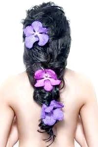 Фото - Незвичайна зачіска для довгого волосся з яскравими квітами