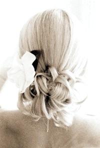 Фото - Стильна класична весільна укладка для довгого волосся з квітами