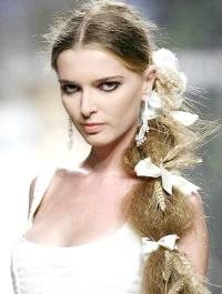Фото - Весільна зачіска з проділом і квітами
