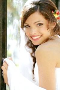 Фото - Кучеряве волосся і квіти - стильна весільна зачіска для довгого волосся