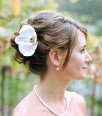 Фото - Висока весільна зачіска з квітами