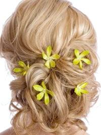 Фото - Весільна зачіска з квітами для кучерявого волосся