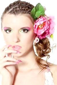 Фото - Зачіска з великою квіткою