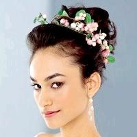 Фото - Зачіска з квітами для урочистого випадку