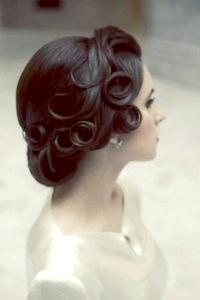 Фото - Ретро зачіска на середні волосся в стилі ретро.