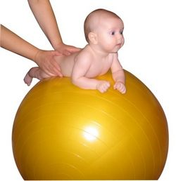 Вправи для немовлят на м'ячі.