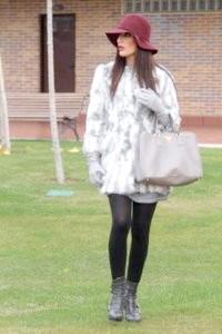 Фото - Світло-сіра шуба з кролика, напівприталена силуету.