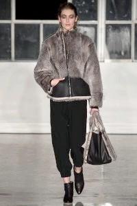 Фото - Модна коротка шуба з кролика, на блискавці від Zero + Maria Cornejo.