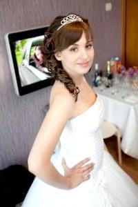 Фото - Красива весільна зачіска з чубком.