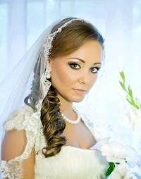 Фото - Зачіска локони на бік на весілля.