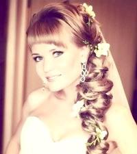 Фото - Зачіска коса на бік на весілля.