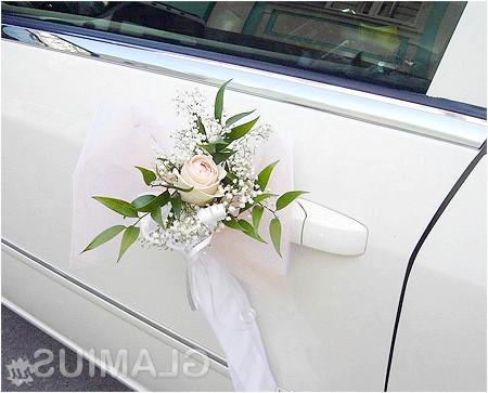 Фото - Бутоньєрка на ручці весільного автомобіля