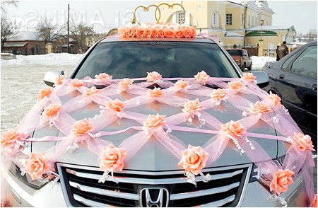 Фото - Прикраса капота переплетеними стрічками і трояндами