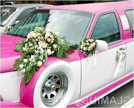 Фото - Весільна машина, прикрашена живими квітами