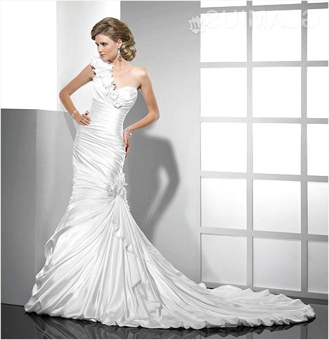 Фото - Білосніжне весільне плаття через плече
