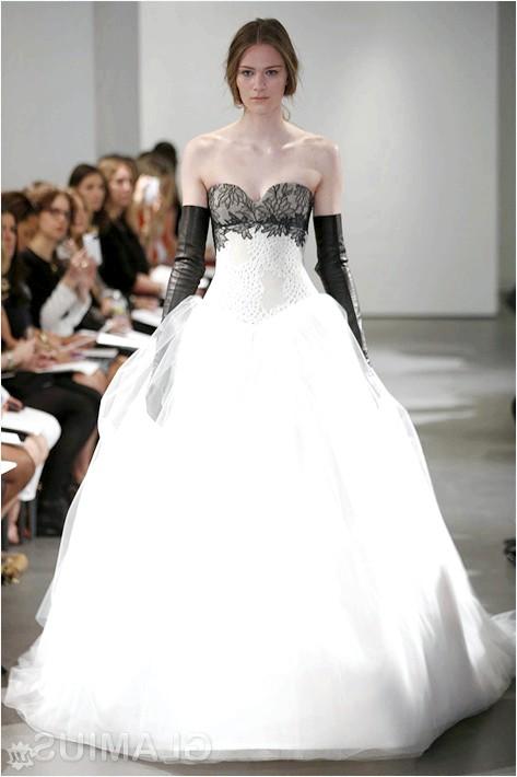 Фото - Весільна сукня з чорним мереживом