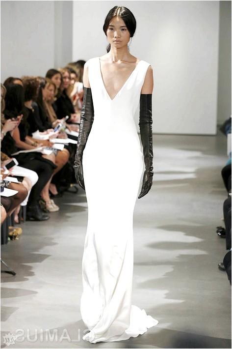 Фото - Весільна сукня з чорними шкіряними рукавичками