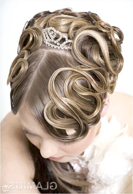 Фото - Стильна зачіска з маленькою діадемою